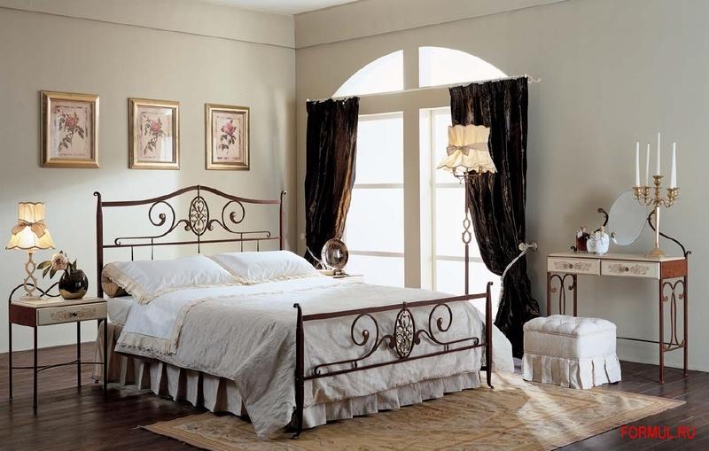 Интерьер спальни с кованной кроватью фото